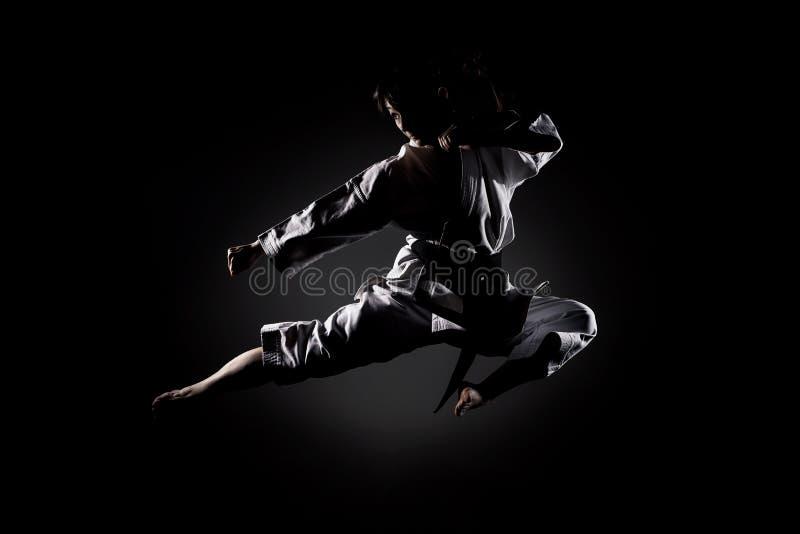 Meisje die karate uitoefenen stock afbeeldingen