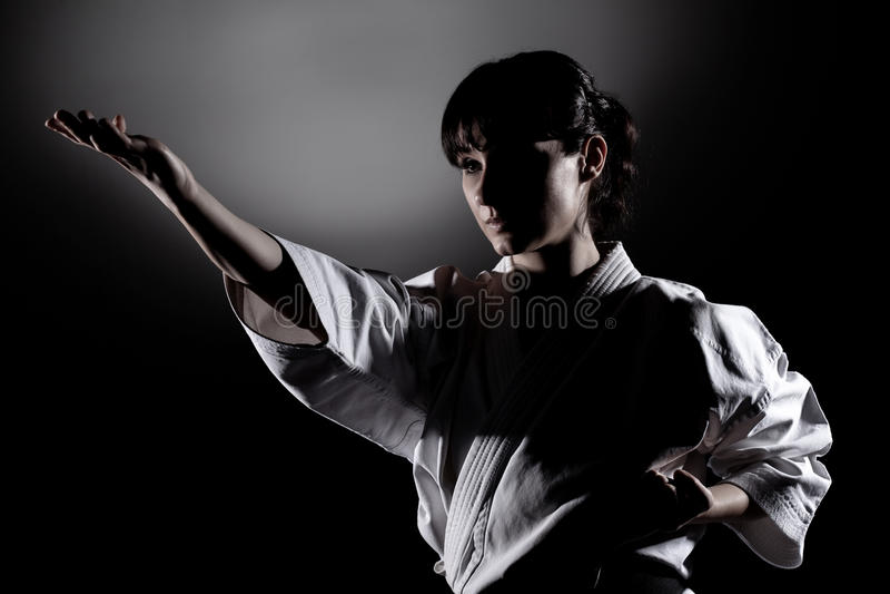 Meisje die karate uitoefenen royalty-vrije stock fotografie
