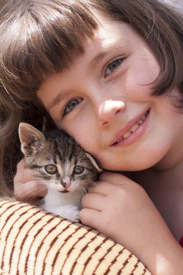 Meisje die katje koesteren royalty-vrije stock foto's