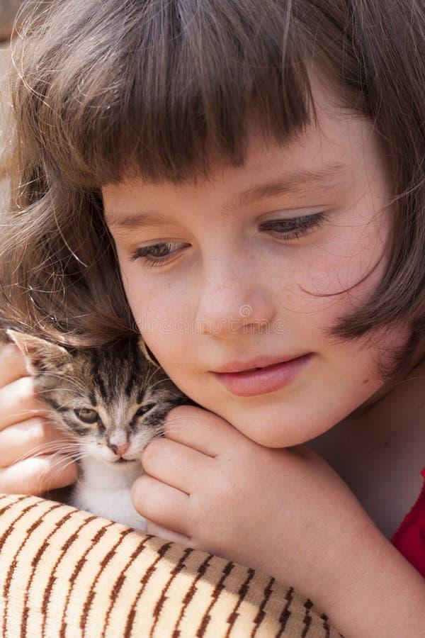 Meisje die katje koesteren royalty-vrije stock foto