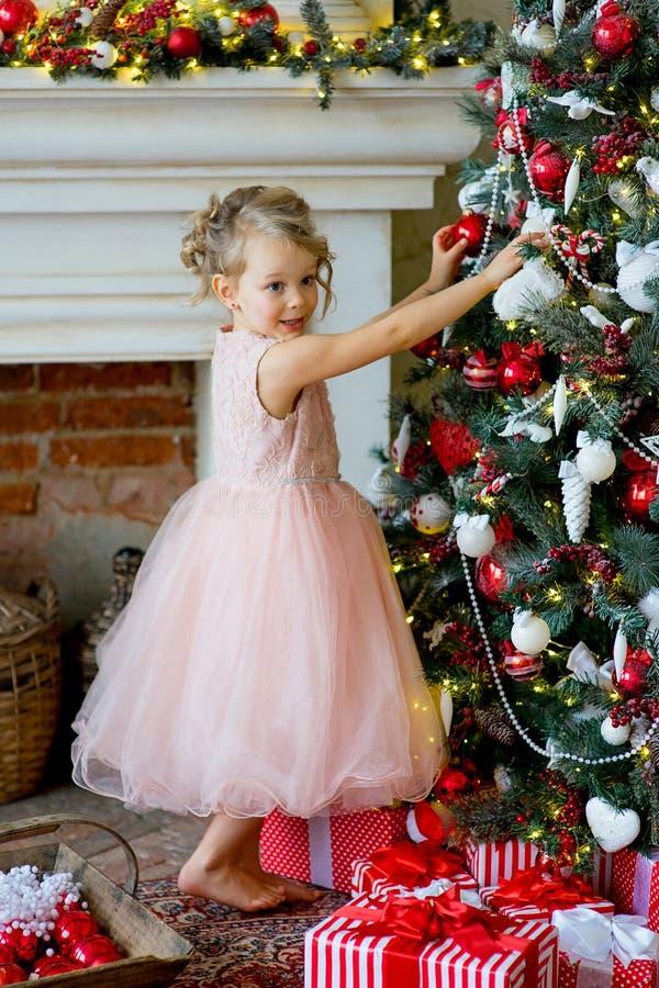 Meisje die Kerstmisboom thuis verfraaien stock afbeeldingen