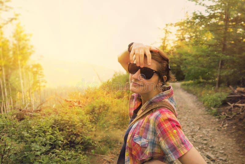 Meisje die koel met zonnebril op een zonnige dag kijken stock foto's
