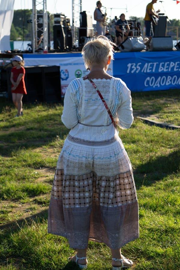 Meisje die in lange toga op stadiumster presteren - Rusland Berezniki 21 Juli, 2018 royalty-vrije stock afbeelding