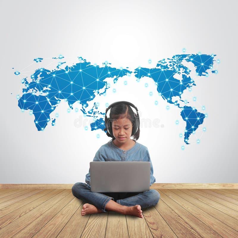 Meisje die laptop computer met sociaal netwerk met behulp van die over de hele wereld verbinden royalty-vrije stock afbeeldingen