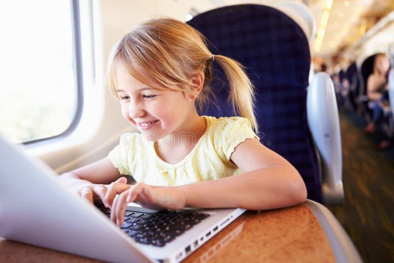 Meisje die Laptop op Trein met behulp van royalty-vrije stock foto's
