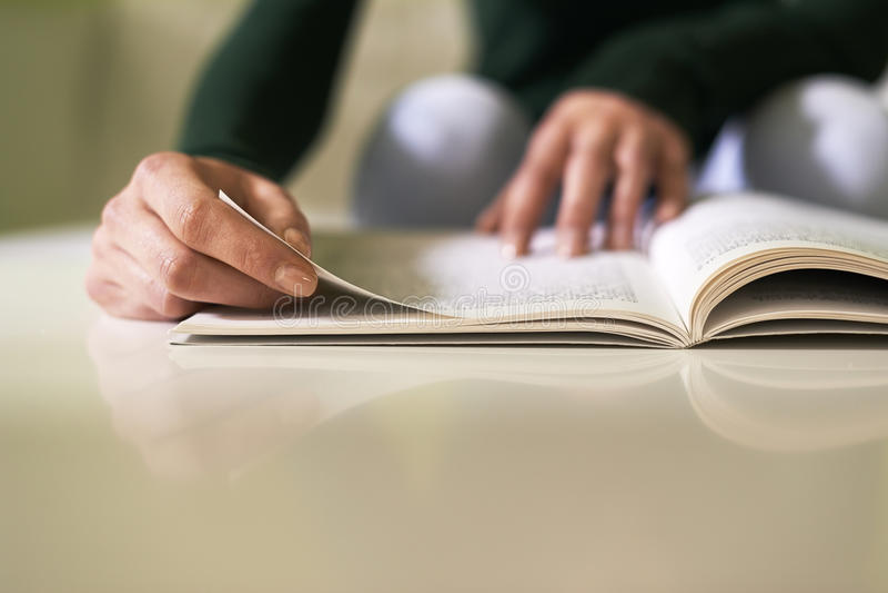 Meisje die literatuur met boek thuis bestuderen stock afbeeldingen