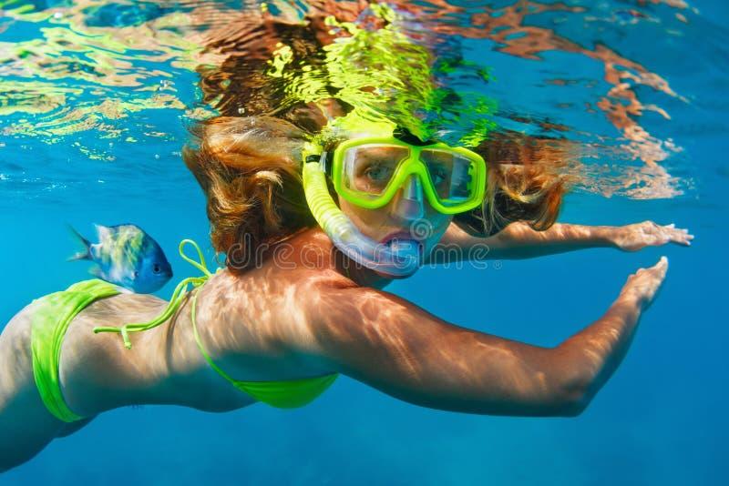 Meisje die in masker duikt onderwater met koraalrifvissen het snorkelen stock afbeeldingen