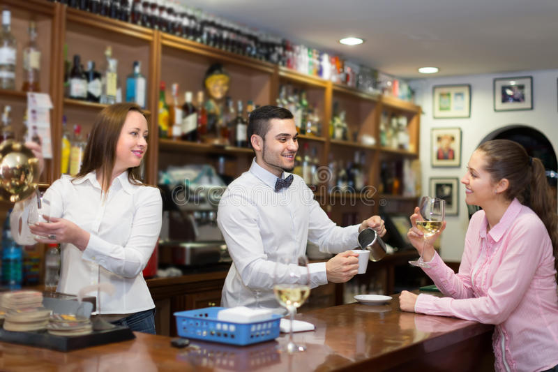 Meisje die met barman bij teller flirten royalty-vrije stock foto