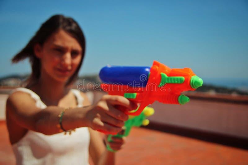Meisje die met een waterkanonnen schieten stock foto