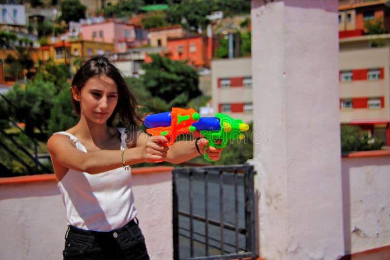 Meisje die met een waterkanonnen schieten royalty-vrije stock afbeelding
