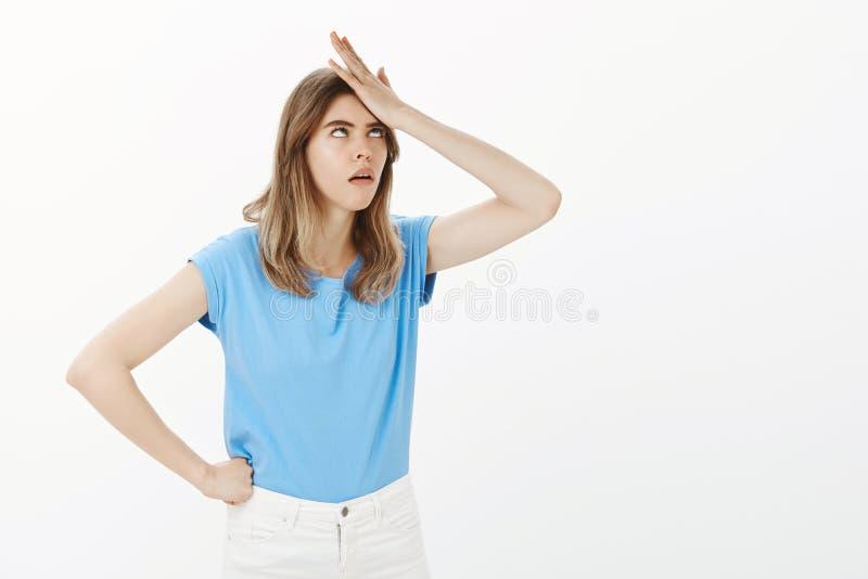 Meisje die met gevraagd stom worden geërgerd Portret van ontstemd gevoed omhoog grappig meisje in blauwe t-shirt, ponsen stock foto's