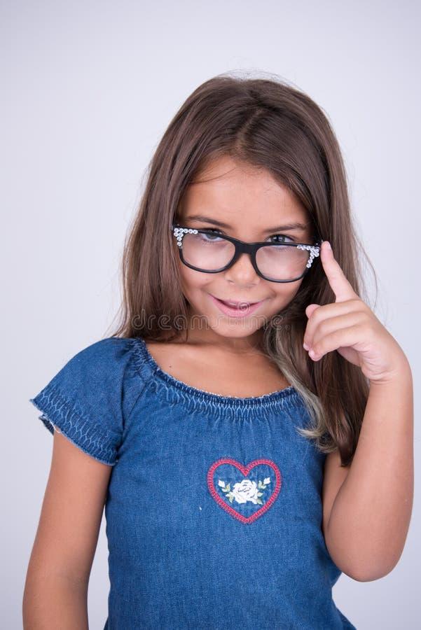 Meisje die met glazen slim kijken stock afbeelding