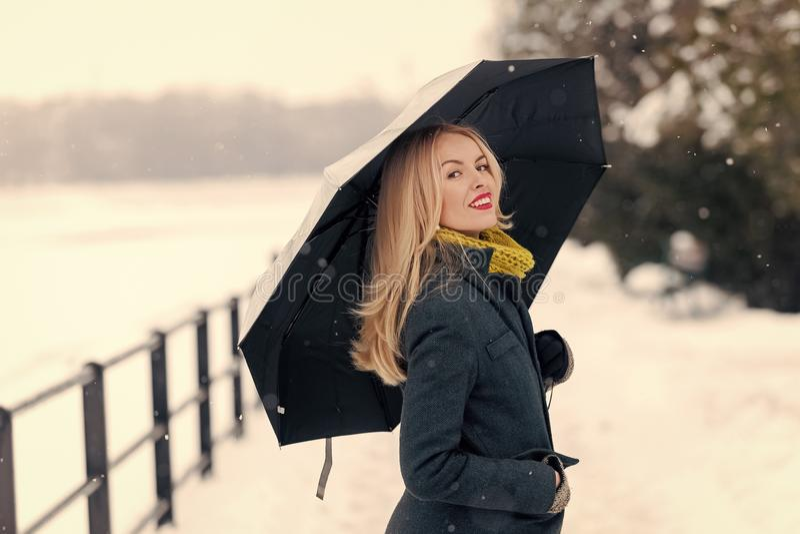 Meisje die met paraplu op de winterdag lopen stock foto
