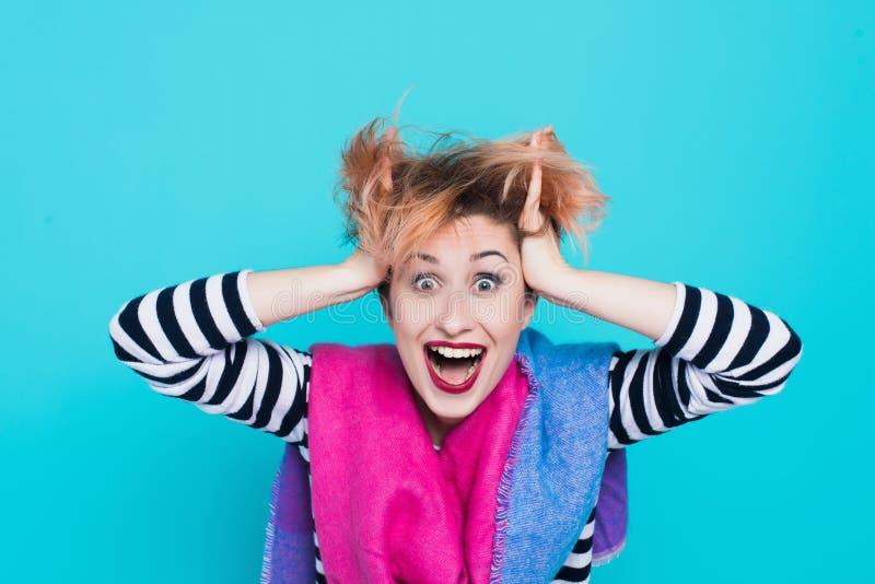 Meisje die met rood haar houdend zijn hoofd lachen Verward Haar Positieve emoties Het schot van de studio stock afbeelding