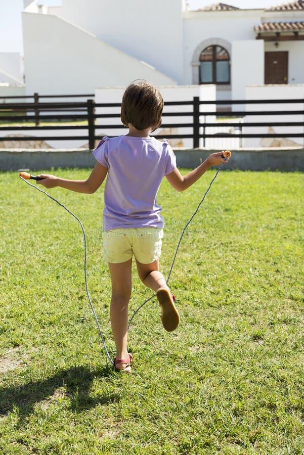 Meisje die met touwtjespringen springen royalty-vrije stock afbeeldingen