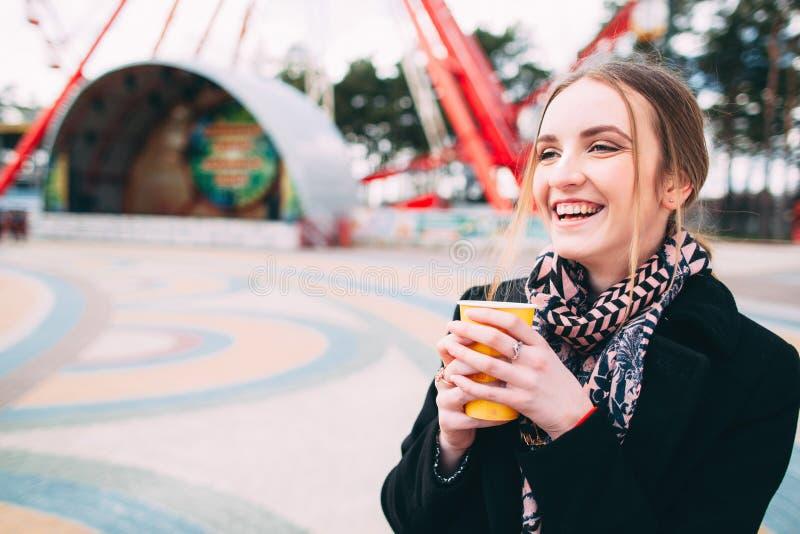 Meisje die ochtend van koffie in een park genieten royalty-vrije stock afbeelding