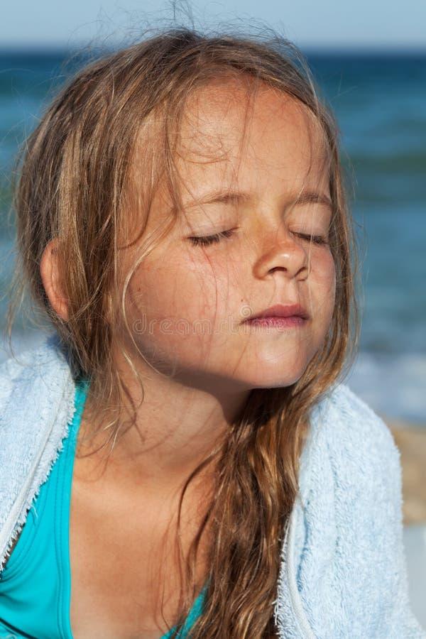 Download Meisje Die Omhoog De Zon Op De Overzeese Kust Doorweken Stock Foto - Afbeelding bestaande uit emotie, zomer: 39110848