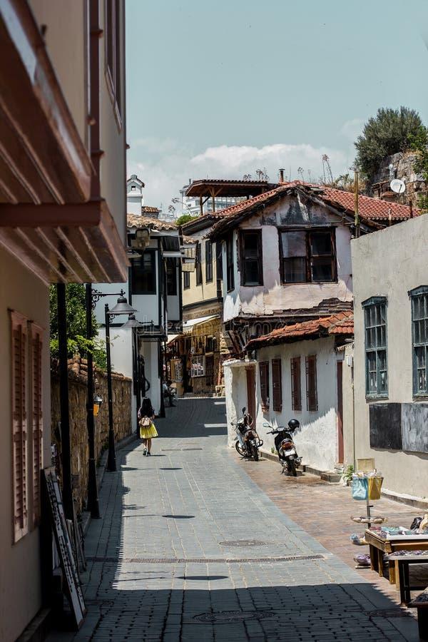 Meisje die onderaan de zonnige straat van oude stad Kaleici, Antalya, Turkije lopen stock foto