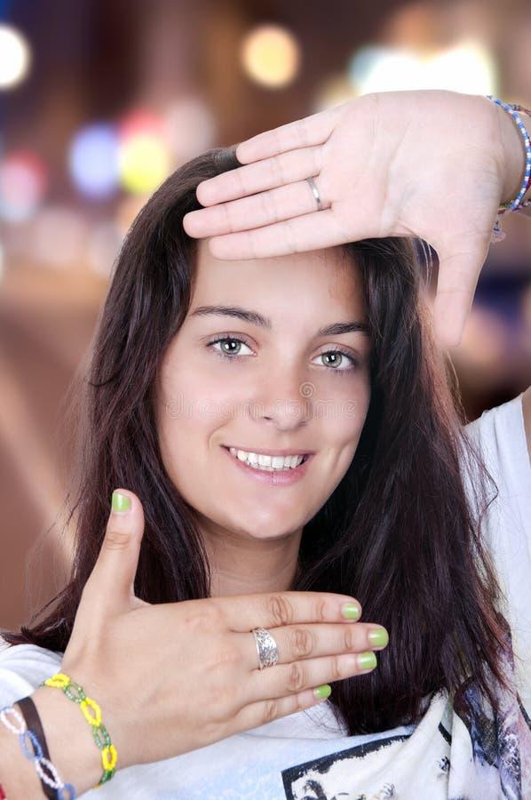 Meisje die ontwerpend haar gezicht glimlachen stock afbeelding