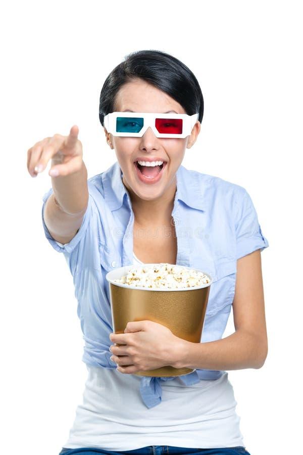 Meisje die op 3D bioskoop met kom popcorn letten stock fotografie