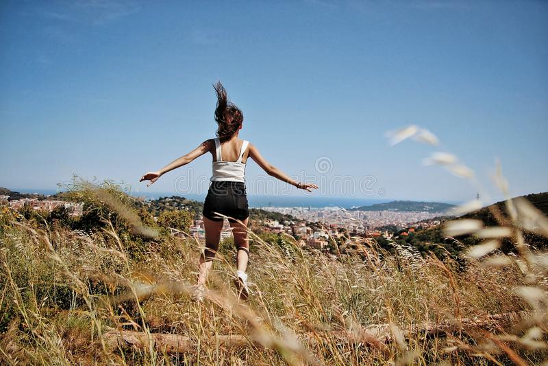 Meisje die op de berg springen stock foto