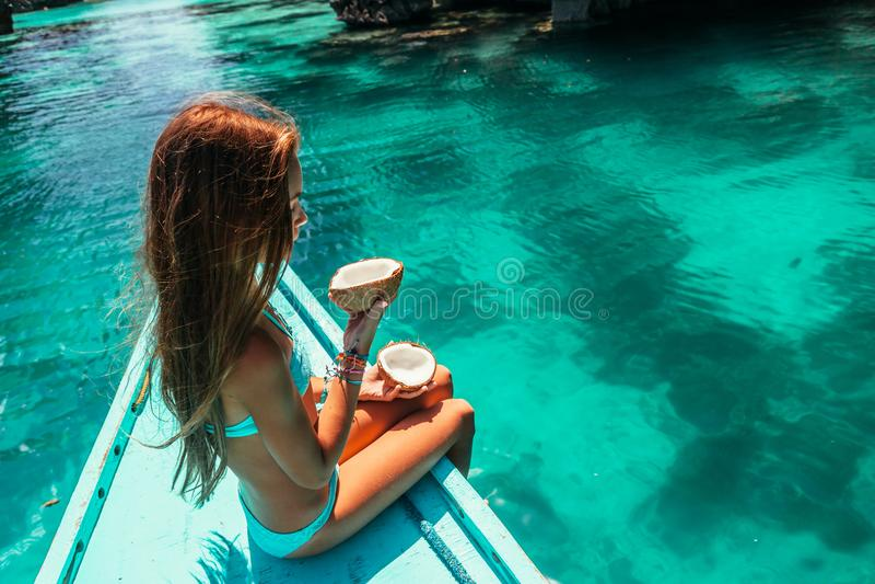 Meisje die op de boot in Azië reizen royalty-vrije stock foto's