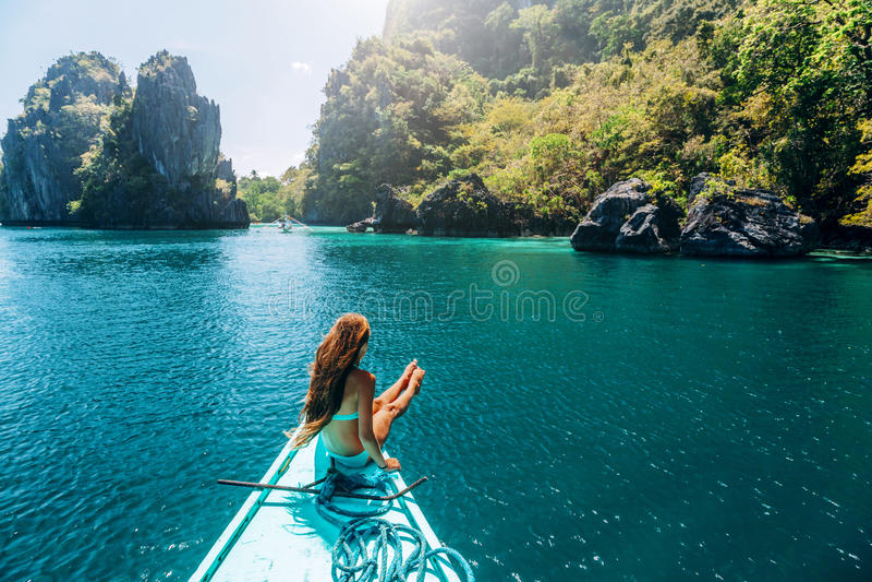 Meisje die op de boot in Azië reizen royalty-vrije stock afbeeldingen