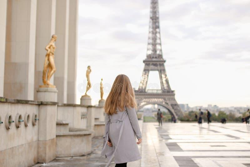 Meisje die op de vierkante dichtbijgelegen vergulde standbeelden van Trocadero met de Torenachtergrond van Eiffel lopen, Parijs royalty-vrije stock afbeeldingen