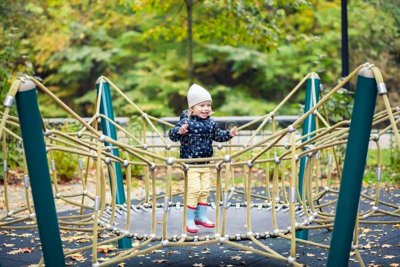 Meisje die op een trampoline in het de herfstpark springen stock afbeelding