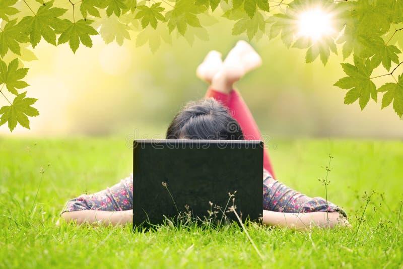 Meisje Die Op Gras Liggen Die Openlucht Laptop Met Behulp Van Royalty-vrije Stock Foto's