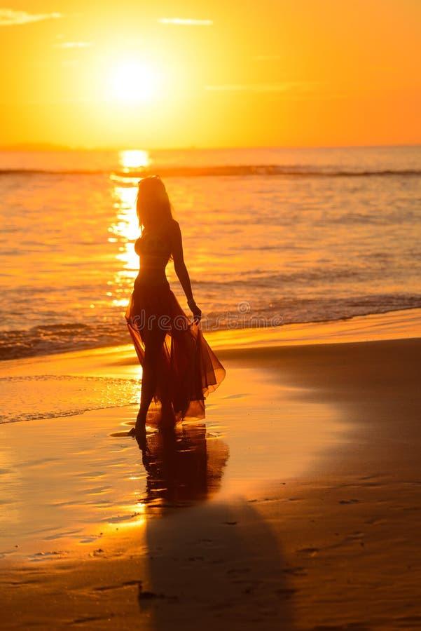 Meisje die op het strand bij zonsondergang dansen, Mexico royalty-vrije stock foto's