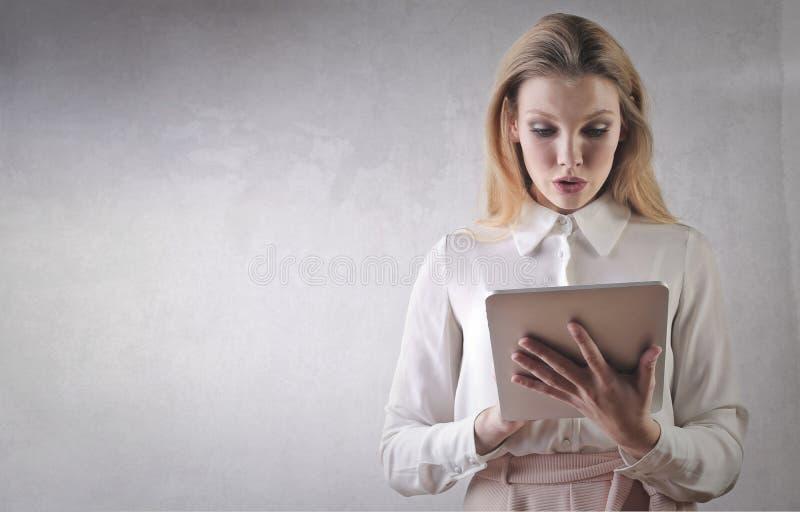 Meisje die op tablet doorbladeren royalty-vrije stock fotografie