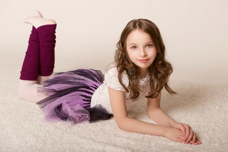 Meisje die op vloer liggen royalty-vrije stock afbeeldingen