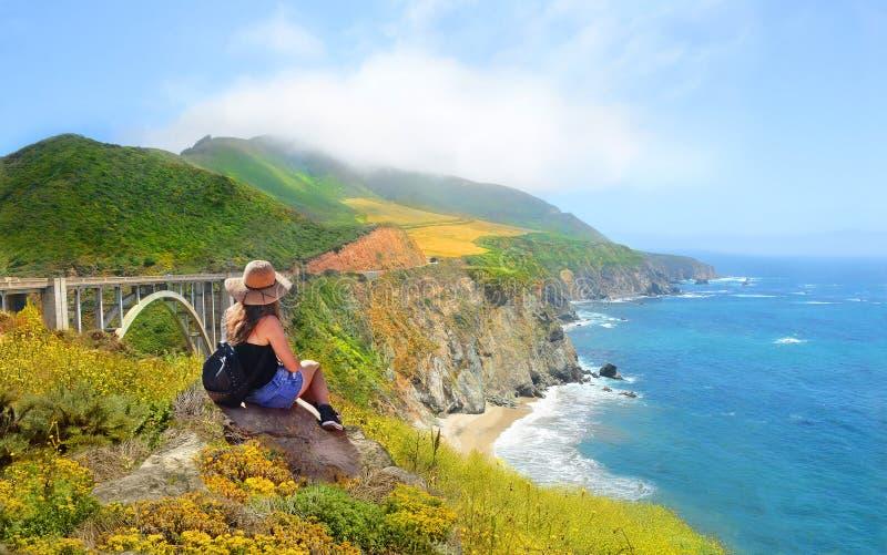 Meisje die op wandelingsreis van mooie de zomerbergen, kustlandschap genieten, royalty-vrije stock afbeelding