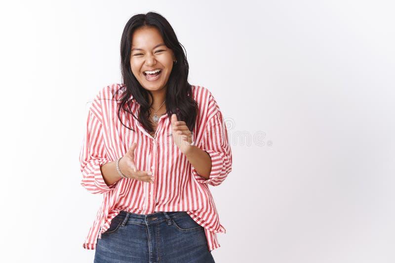 Meisje die over dolkomische grap lachen die en van pret en vreugde applausing giechelen Portret van onbezorgde aantrekkelijke jon stock fotografie