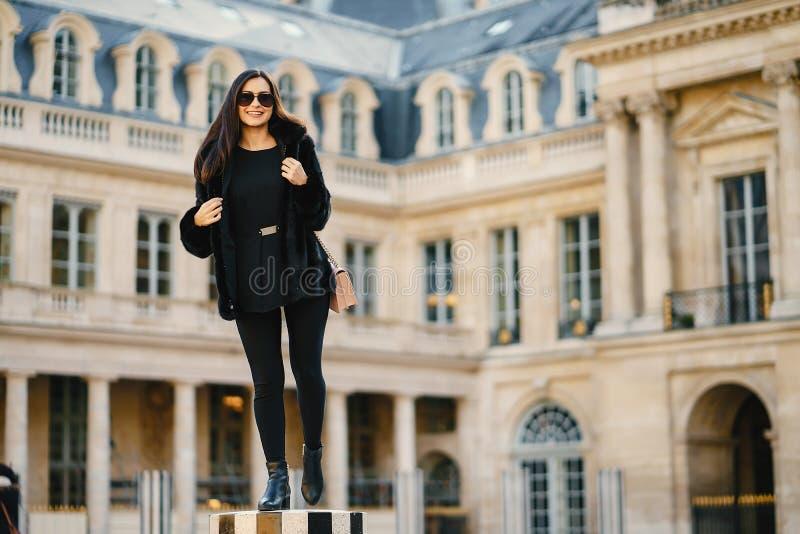 Meisje die Parijs Frankrijk zelf onderzoeken royalty-vrije stock fotografie