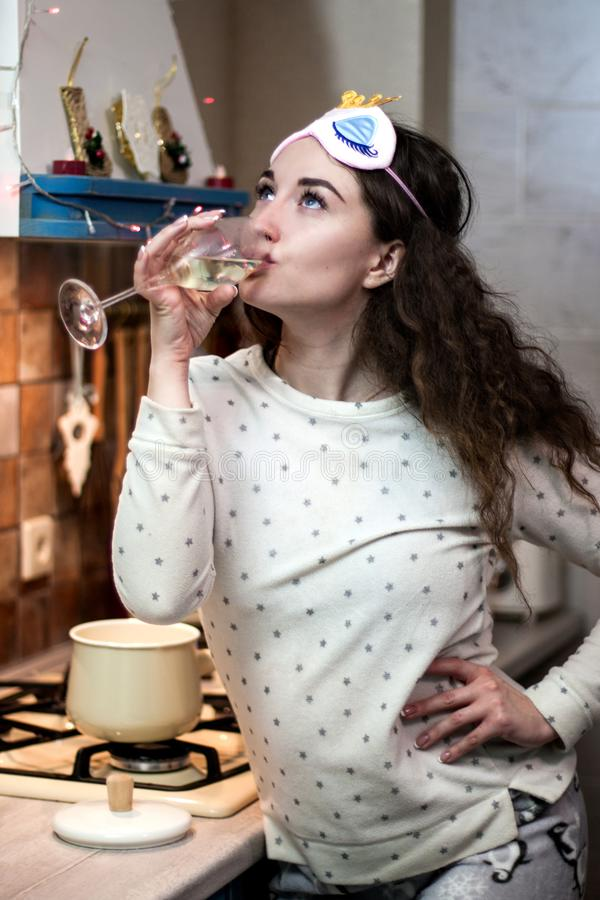 Meisje die pijama het drinken champagne dragen stock fotografie