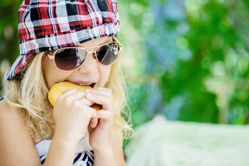Meisje die in plaid GLB en zonnebril spreken royalty-vrije stock afbeelding