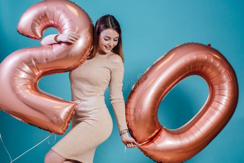 Meisje die pret hebben en ballons in de vakantieviering van de handenverjaardag houden stock afbeeldingen
