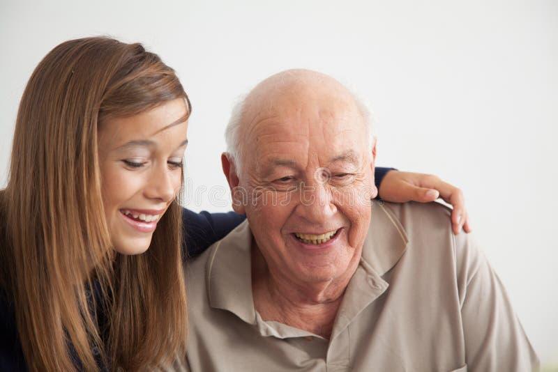 Meisje die pret met haar grootvader hebben royalty-vrije stock foto's