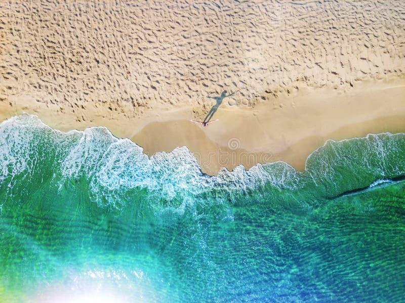 Meisje die pret op het tropische strand hebben De luchtfoto van de het oogmening van de hommelvogel ` s royalty-vrije stock afbeelding