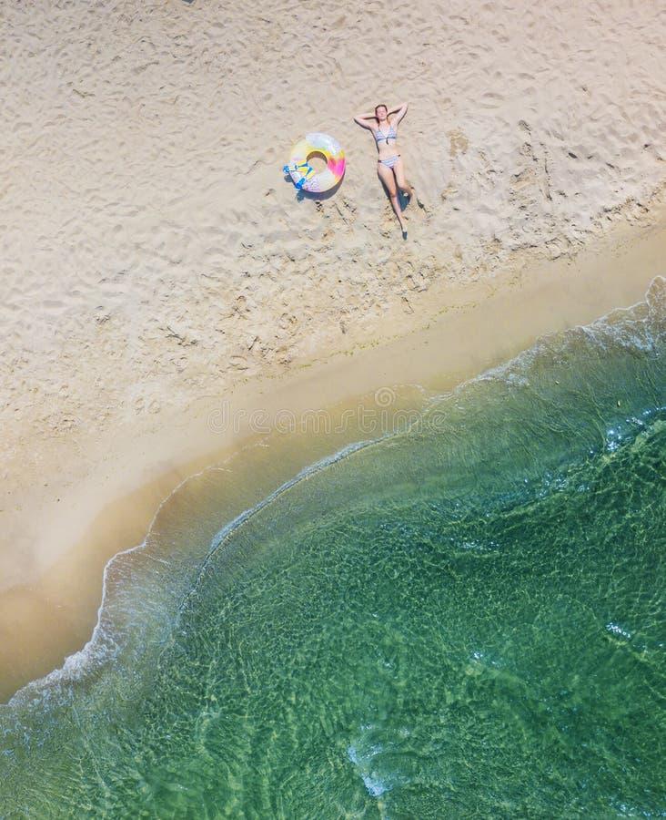 Meisje die pret op het tropische strand hebben De luchtfoto van de het oogmening van de hommelvogel ` s stock foto