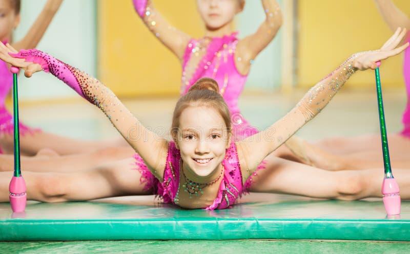 Meisje die ritmische gymnastiek met Indische clubs doen royalty-vrije stock afbeelding