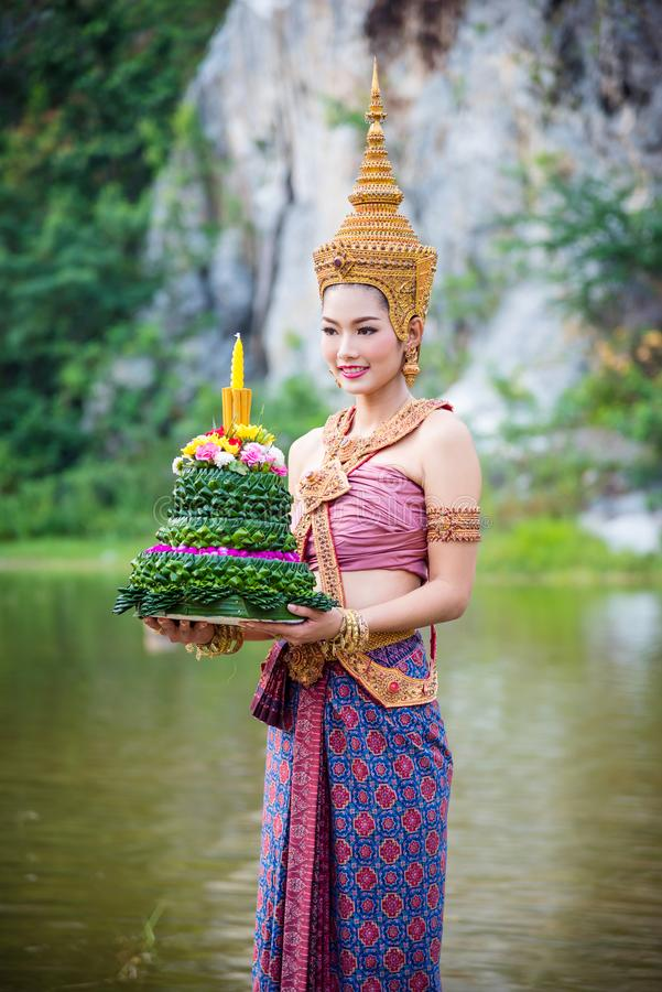Meisje die rode Thaise traditionele kleding Loy Krathong dragen royalty-vrije stock foto