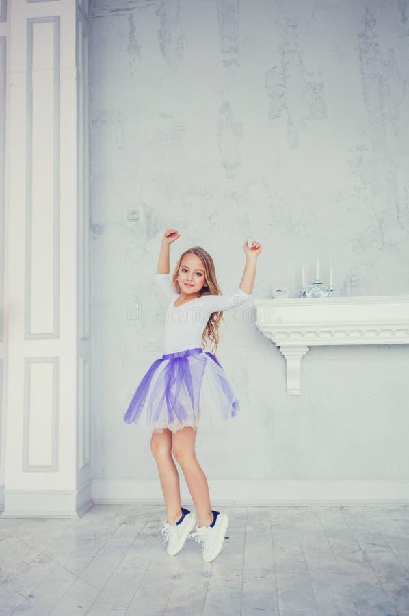 Meisje die in rok dansen royalty-vrije stock afbeelding