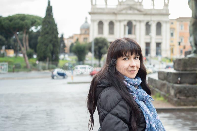 Meisje die in Rome glimlachen royalty-vrije stock fotografie