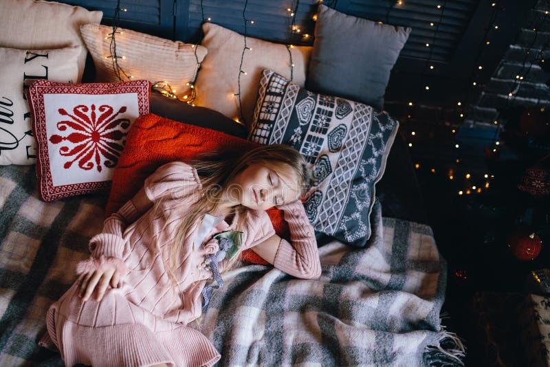 Meisje die in roze elegante kleding in bed leggen stock afbeeldingen