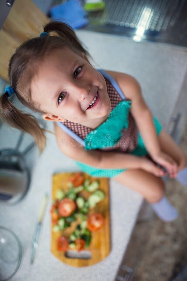 Meisje die salade in de keuken voorbereiden stock fotografie
