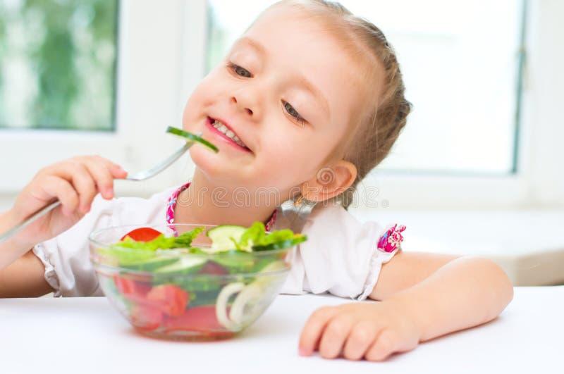 Meisje die salade eten stock afbeeldingen