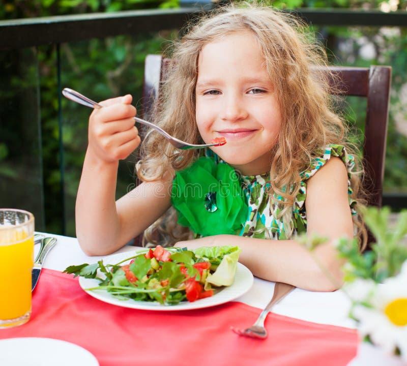 Meisje die salade eten bij een koffie stock foto's